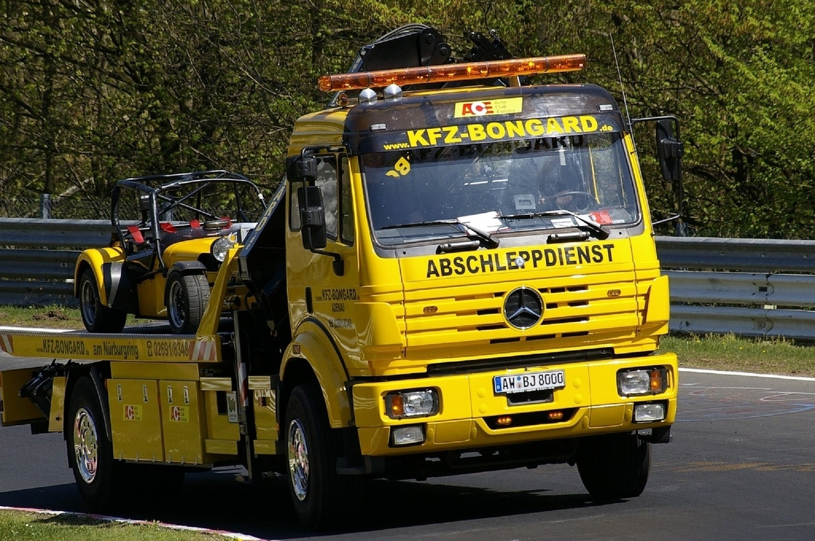 Hire an expert in the towing service and get remarkable benefits